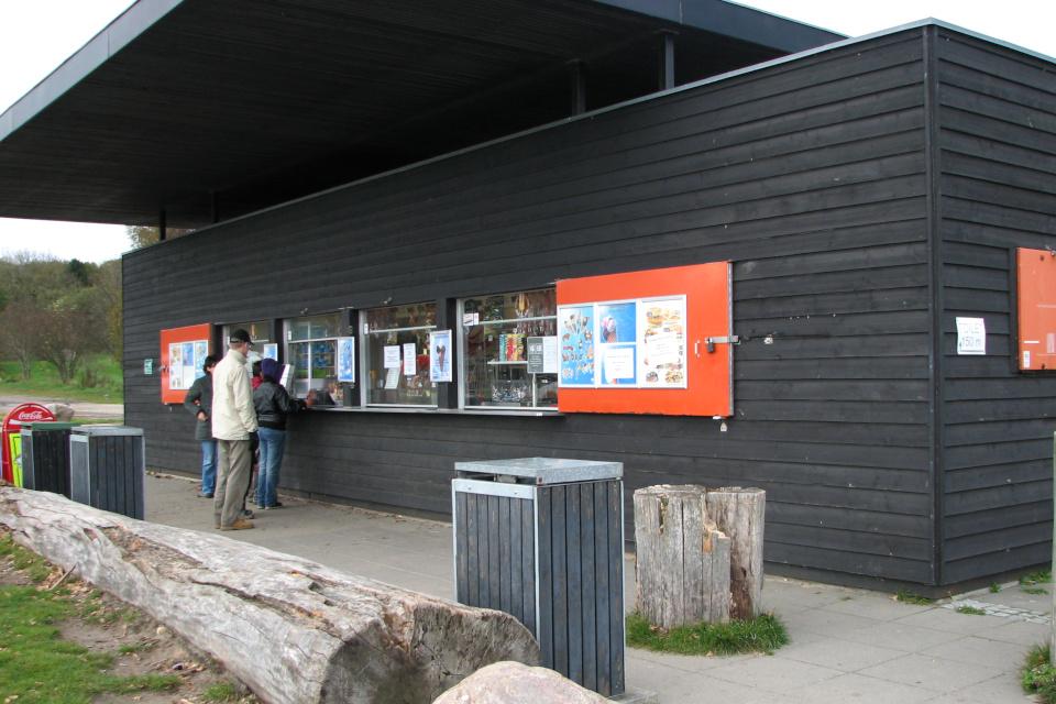 Сосисочная около берега моря Мосгорд, Дания