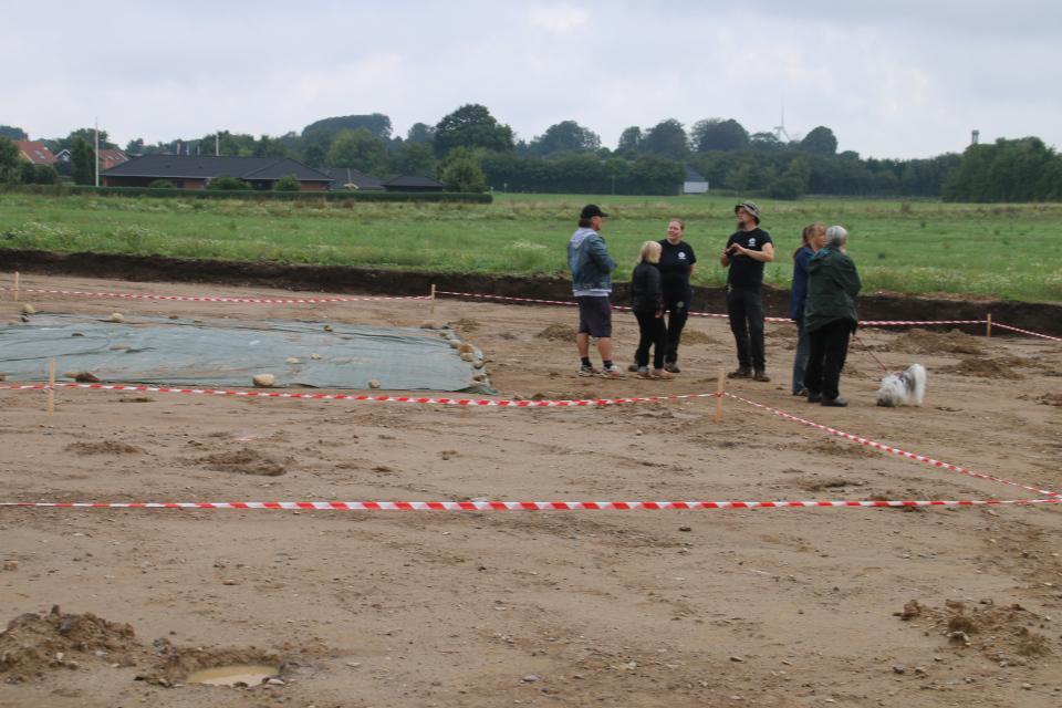 Археологи отвечает на вопросы посетителей на месте раскопок. Фото 29 авг. 2020, г. Граубалле / Grauballe, Дания