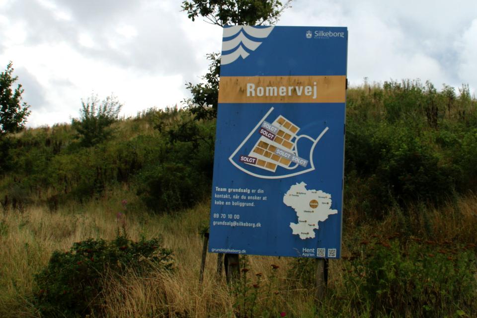 Информационный щит про участки земли для продажи на месте раскопок
