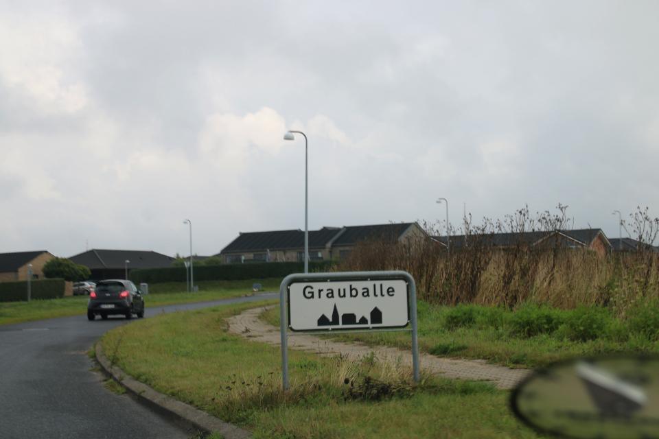 Дорожный знак с названием города Граубалле (Grauballe)