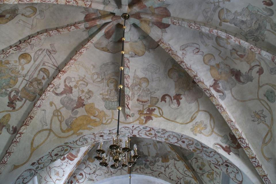 Святой Олав (с боевым топором - секира), святой Кнуд (с мечом)