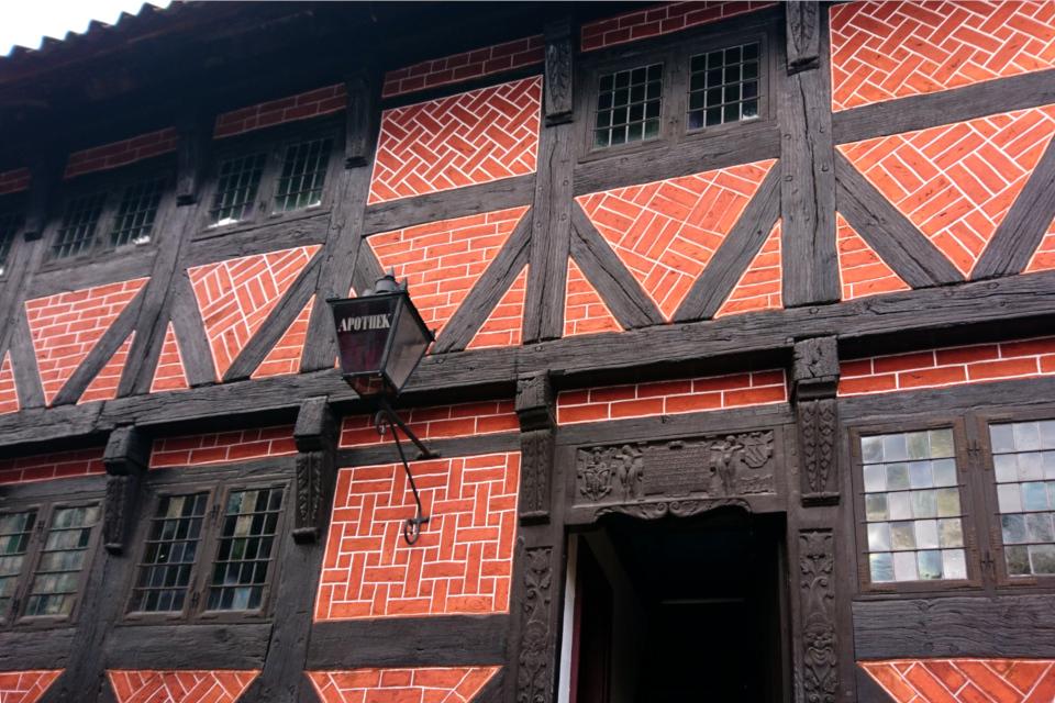 Фахверковый дом времен Ренессанса, в котором расположилась старая аптека