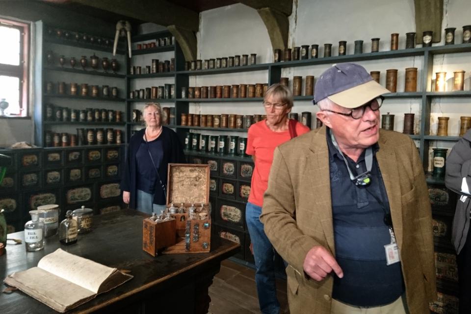 Сотрудник музея проводит лекцию в старой аптеке