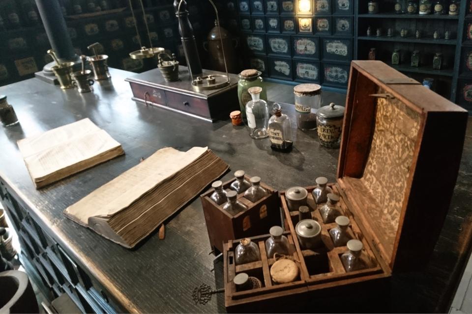 Старый деревянный ящик с лекарствами в помещении старой аптеки