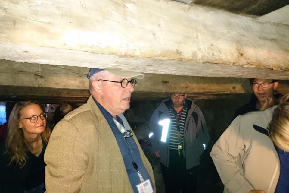 Сотрудник музея в подвале старого дома времен Ренессанса