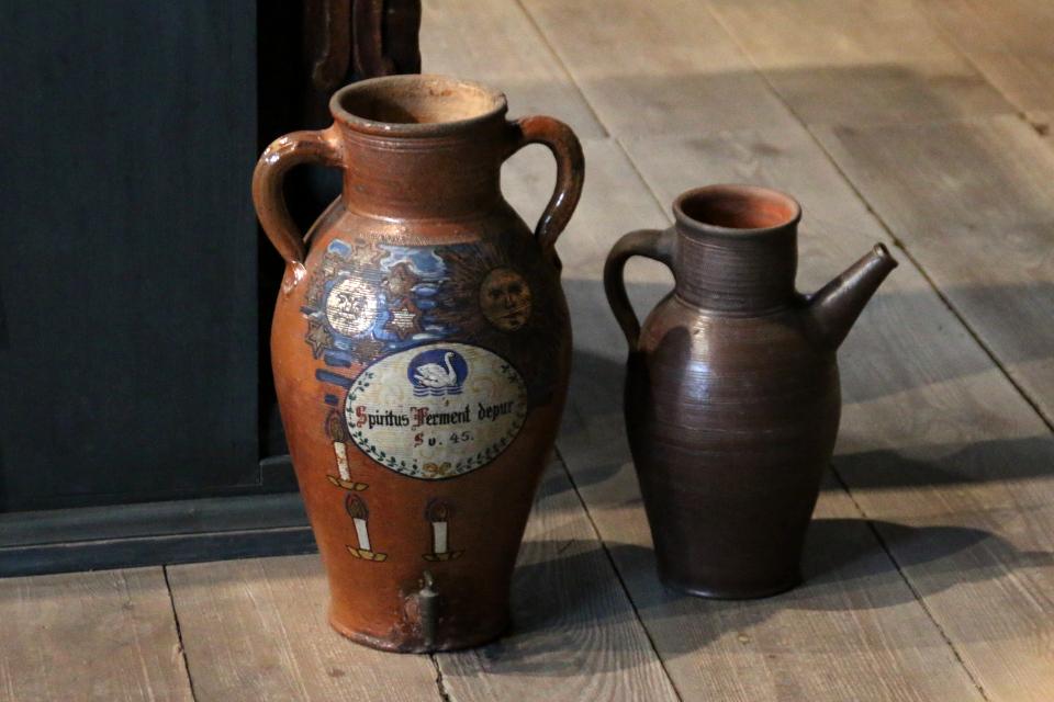 Глиняная емкость со спиртом (текст - Spiritus ferment)
