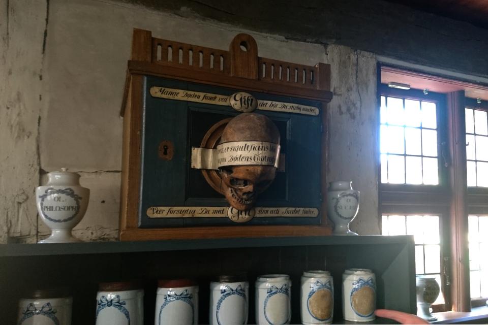 Медицинский шкаф с ядовитыми веществами, на дверце - череп