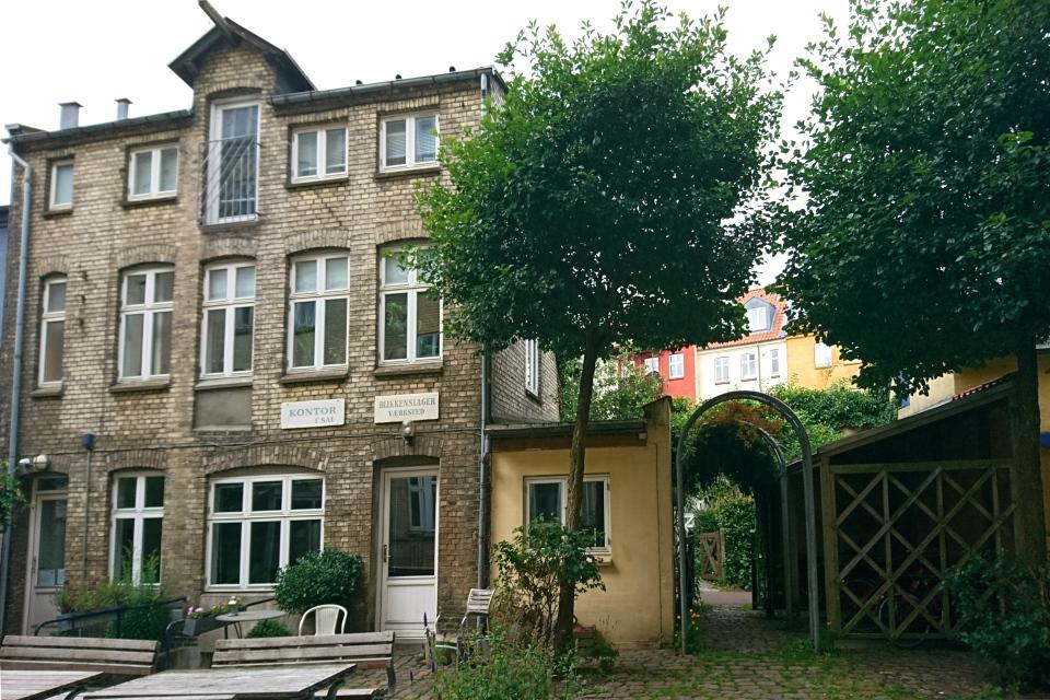 Бывшая мастерская сантехники (blikkenslager værksted) во дворе улочки любви