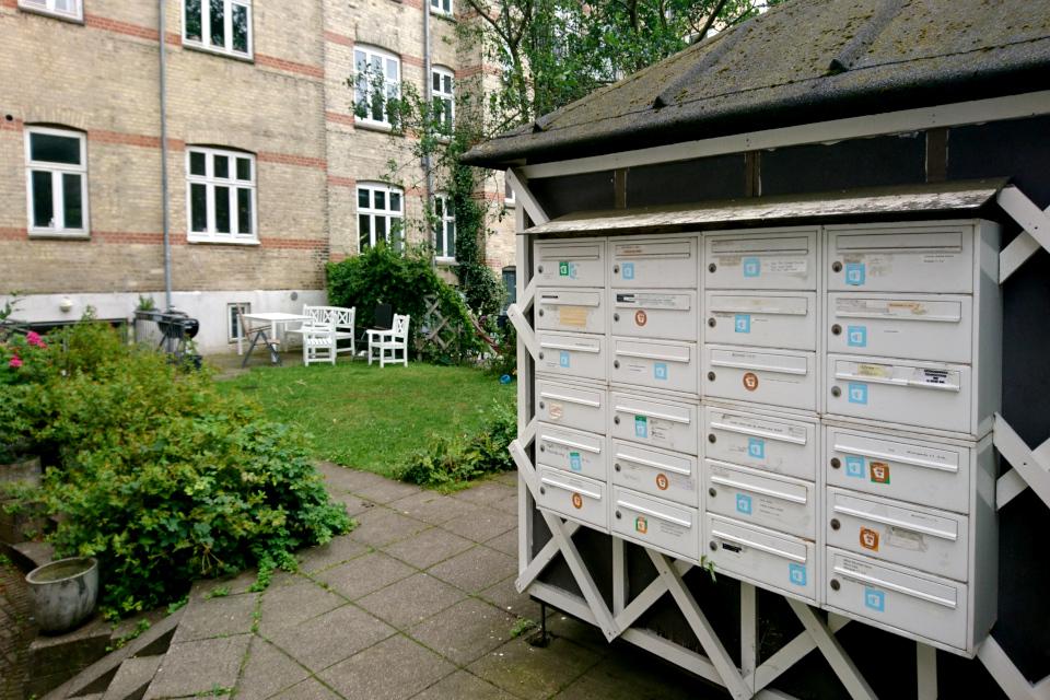 Почтовые ящики с наклейками во дворе. Улочка любви в Орхусе /Kærlighedsstien