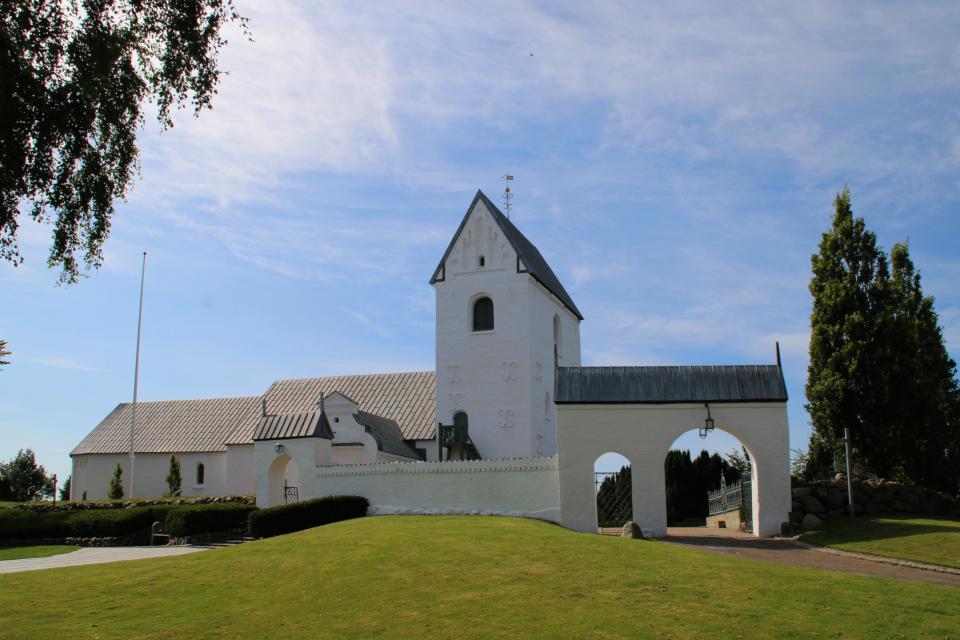 Белоснежная церковь Богоматери Скиве на холме