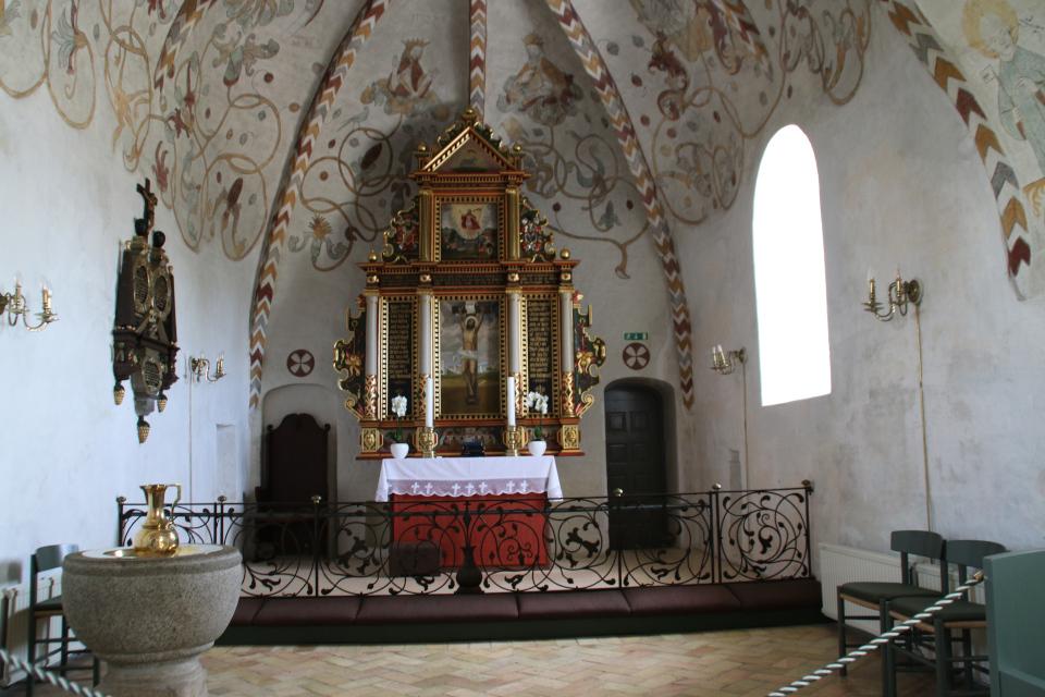Алтарь и купель для крещения на западной части церкви Богоматери Скиве, Дания