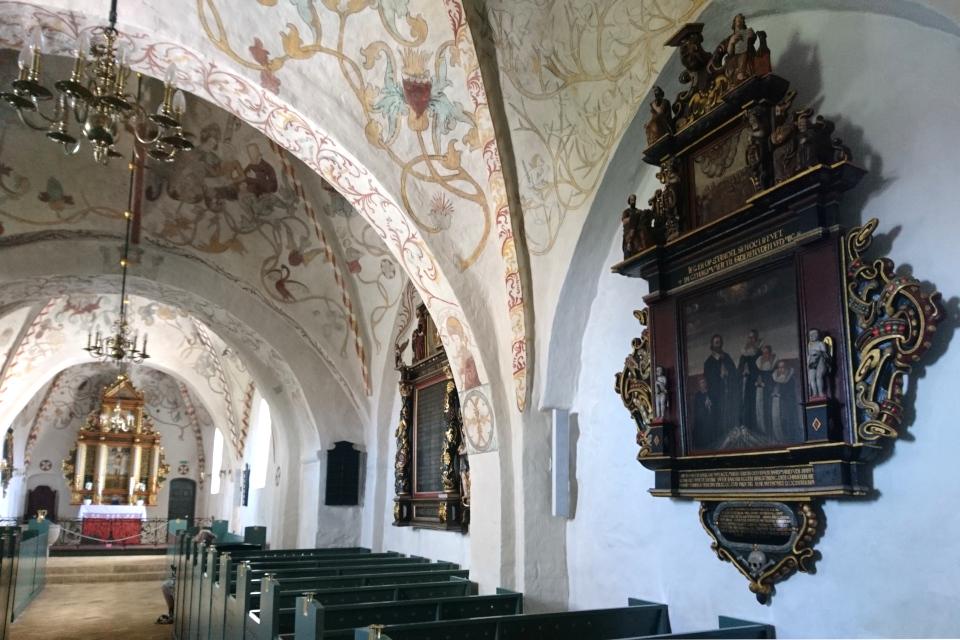 Вид на внутреннее устройство и убранство церкви со стороны входной двери