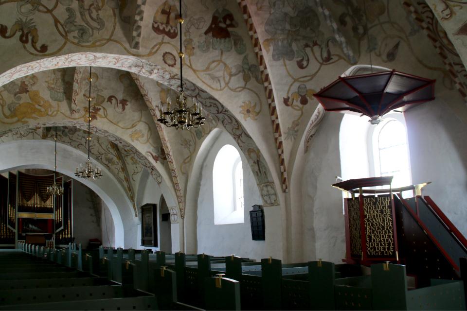 Кафедра, построенная во времена Средневековья - справа и орган