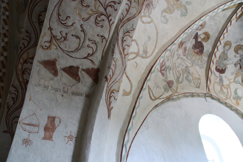 Имена братьев Høgs на фреске церкви Богоматери Скиве / Vor Frue Kirke Skive
