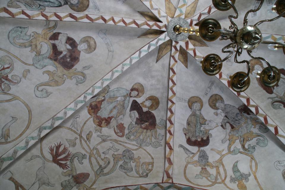 На фресках слева на право: Иаков младший, Иоанн Евангелист, апостол Иаков