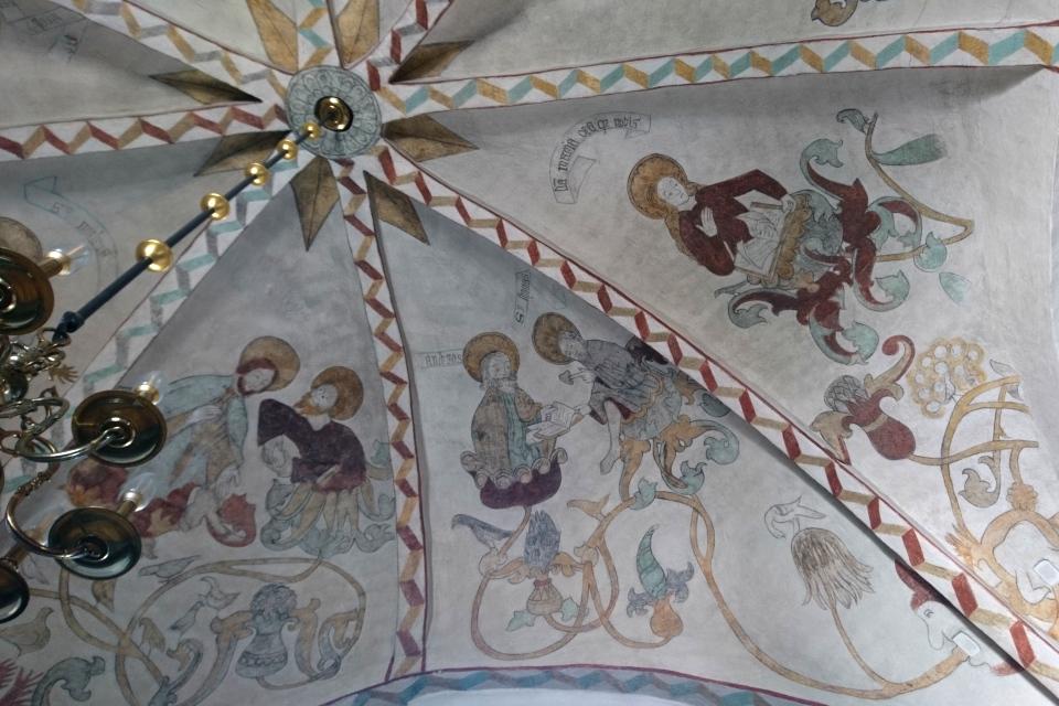 На фреске справа - богоматерь дева Мария, в честь которой названа церковь