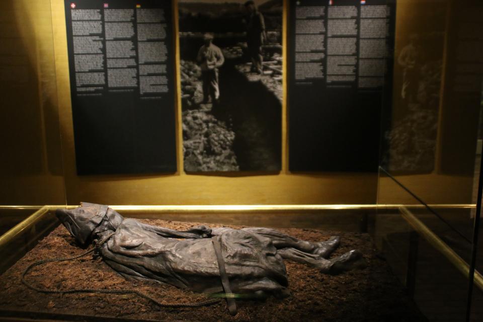 Человек из Толлунда с сохранившейся веревкой на шее и поясом