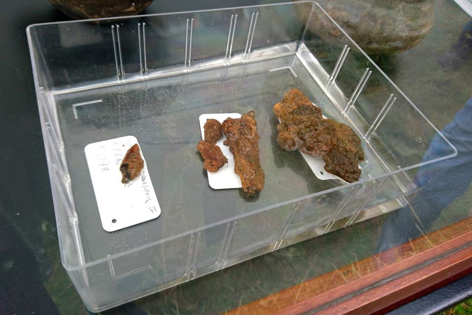Остатки железного ножа, найденного в глиняной посуде на месте захоронения