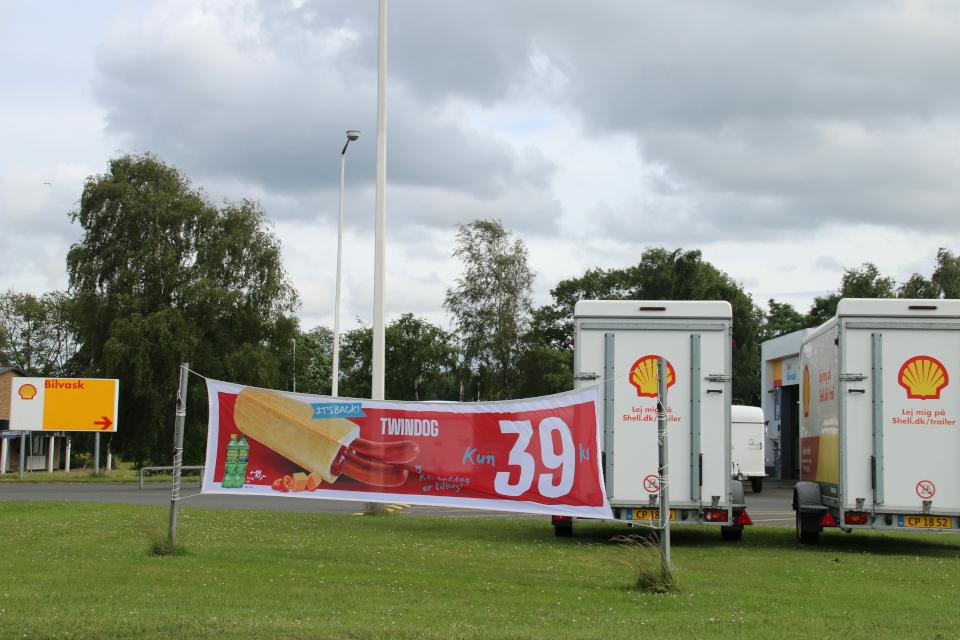 Реклама двойной горячей сосиски возле заправочной станции