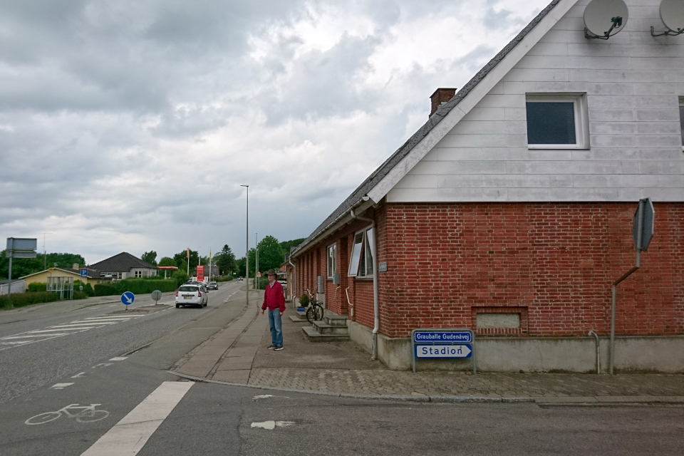 Указатель направления к стадиону (Stadion) со стороны центральной дороги
