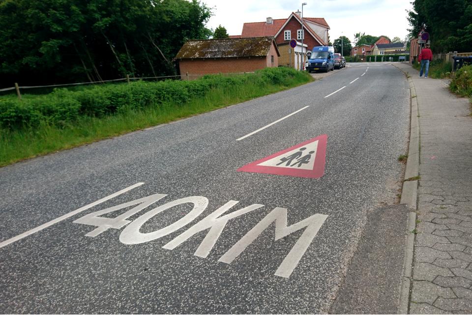 Дорожный знак возле школы - скорость ограничена до 40 км / ч