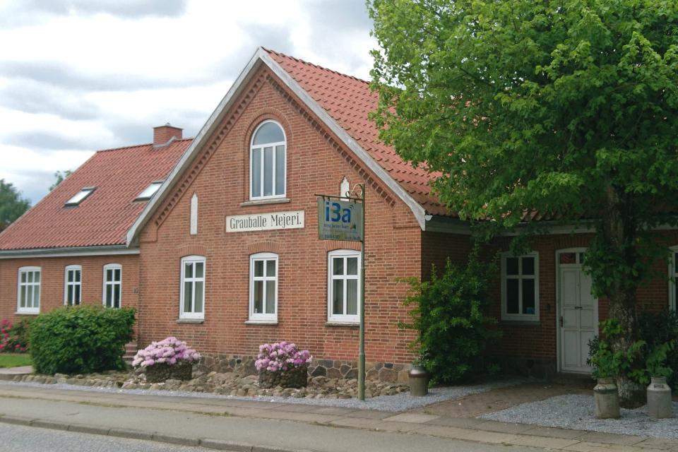 "На фасаде дома надпись: ""Молочная ферма Граубалле"" (""Grauballe Mejeri"")"
