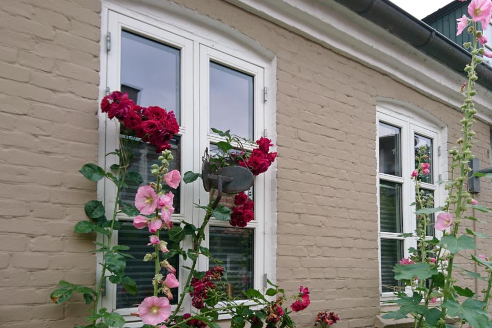 Уличное зеркало на окне дома, улица Мёллестиен в Орхусе, Дания