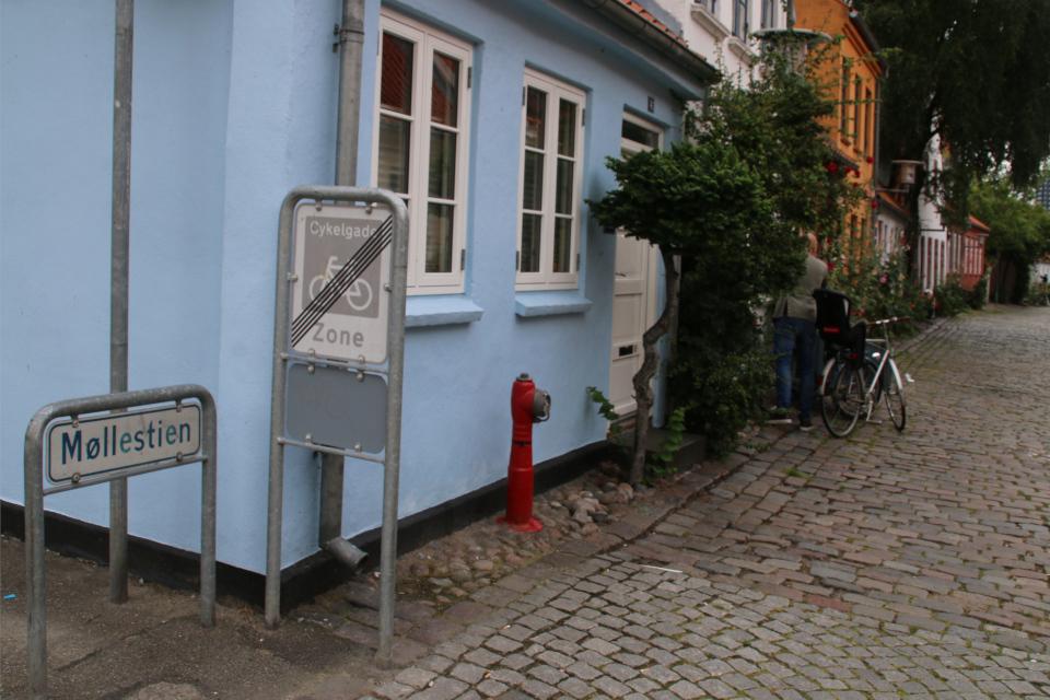 В начале улицы Мёллестиен со стороны улицы Грённегэде (Grønnegade)
