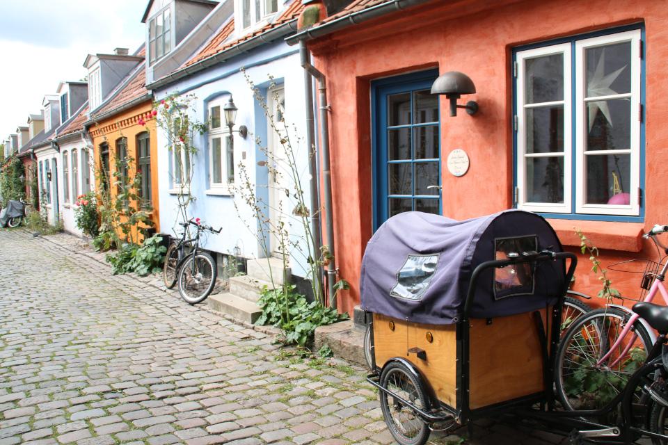 Велосипеды на старой улочке. А в окне дома - рождественская звезда