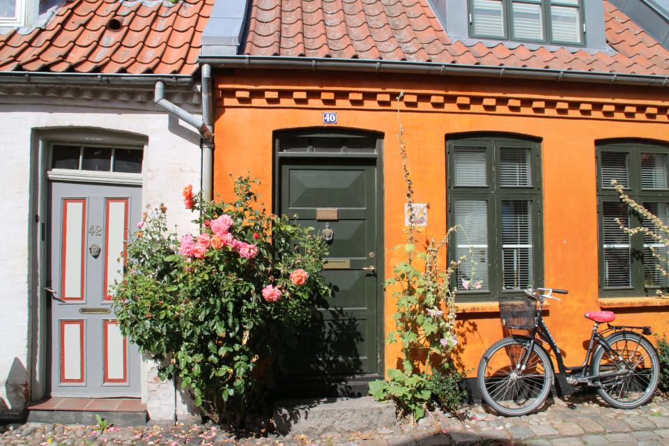 Старинные звонки на дверях. Фото 22 авг. 2020, улица Мёллестиен в Орхусе, Дания