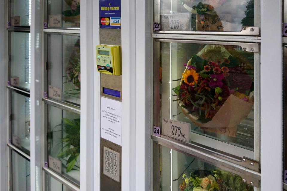 Готовые букеты в магазине автомате Tromborg blomster для самообслуживания