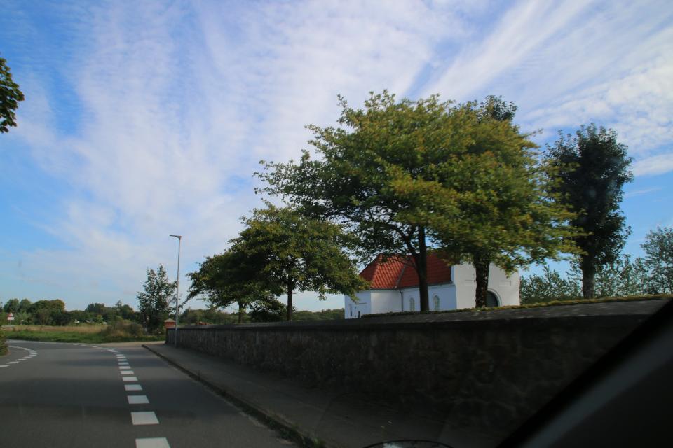 Средневековая церковь на окраине города Фундер Киркебю / Funder Kirkeby, Дания