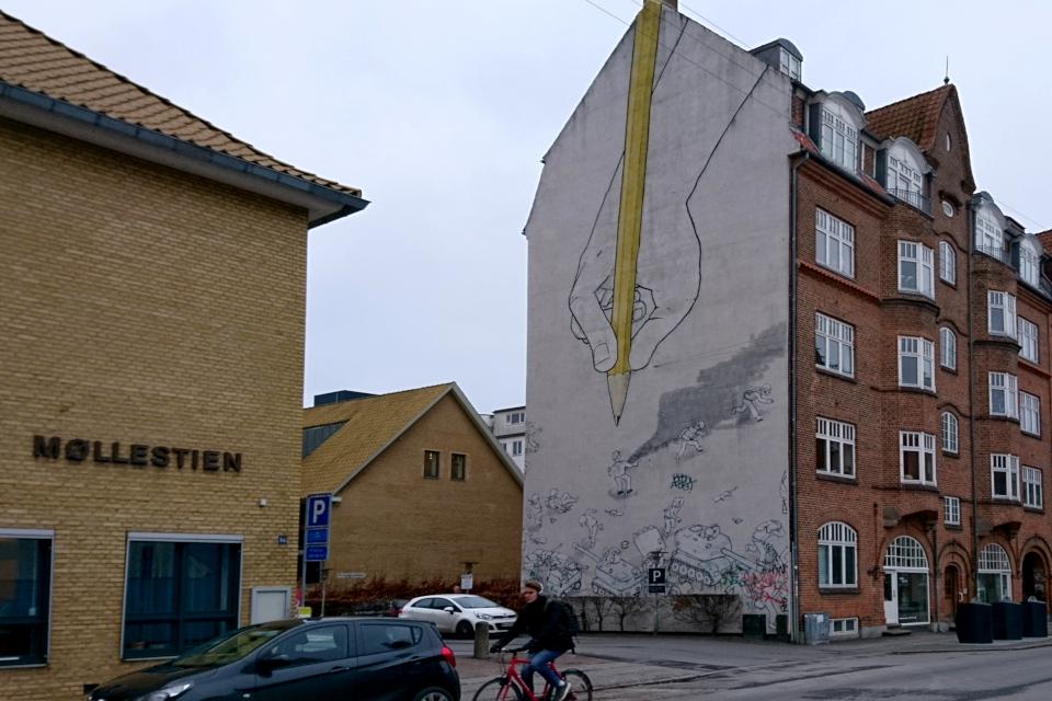 """Стена, украшенная анонимным художником """"Blu"""" из Италии"""