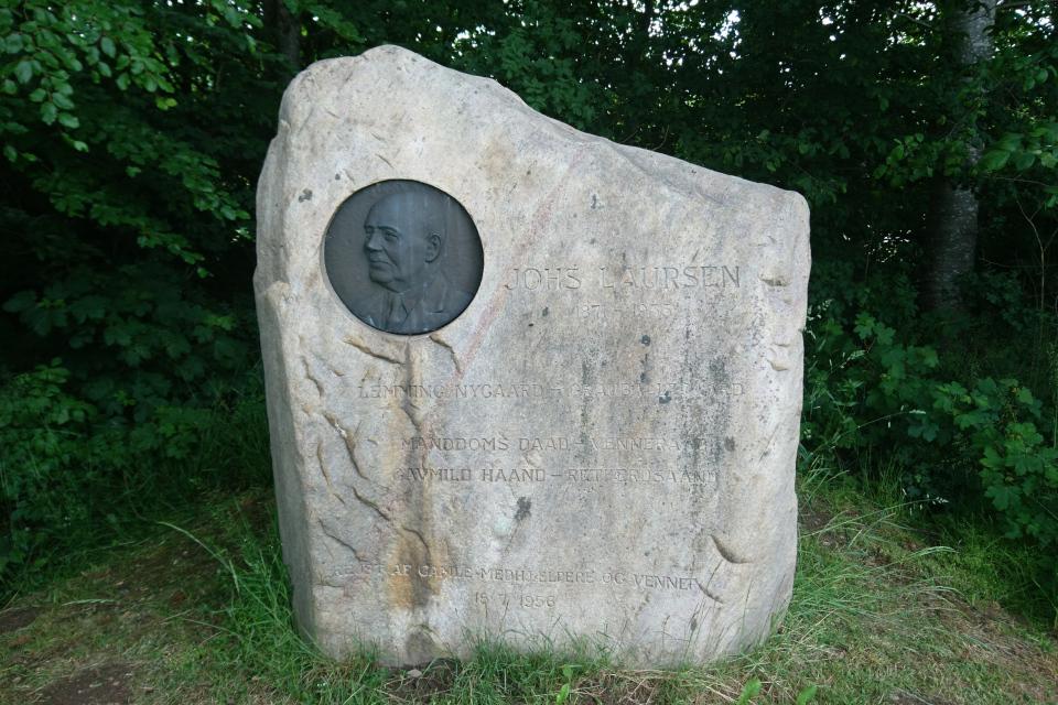 Памятник Йонс Ларсен (Johs Laursen) - бывшему хозяину поместья Граубалле