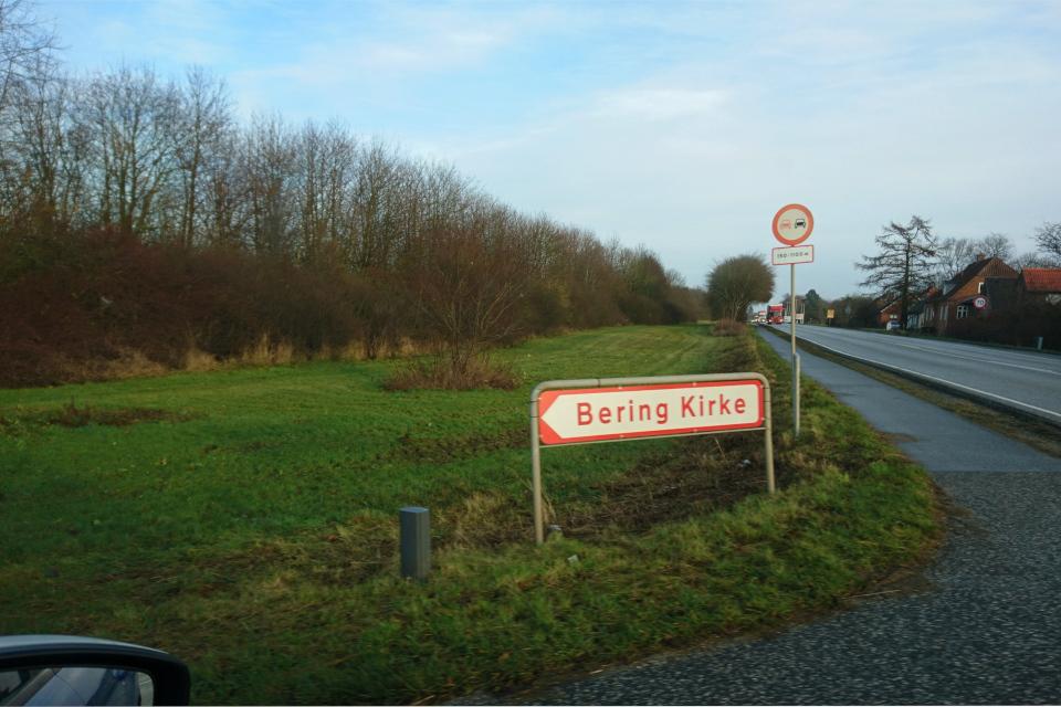Дорожный указатель направления к церкви Беринга (Bering Kirke)