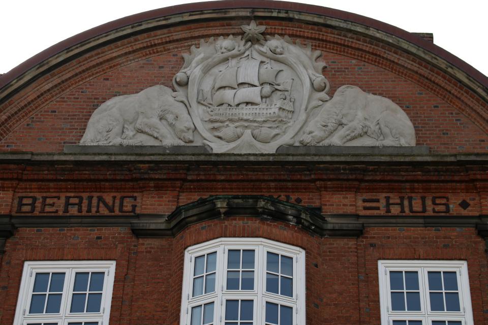 """Фронтон с изображением корабля Беринга на здании """"Дома Беринга"""""""