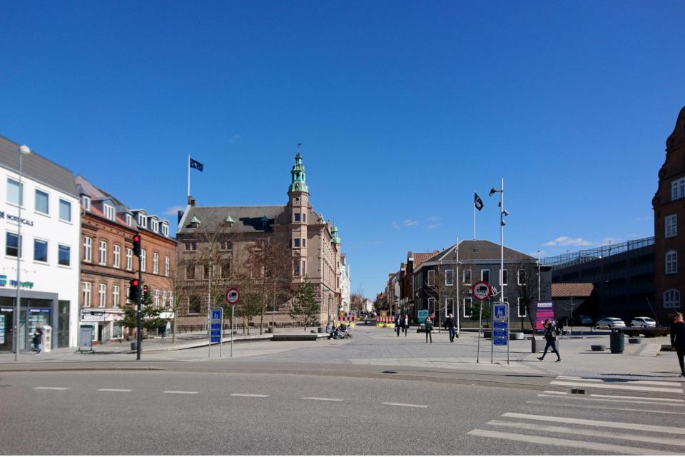 Улица Jessensgade отходящая от площади Беринга, г. Хорсенс, Дания