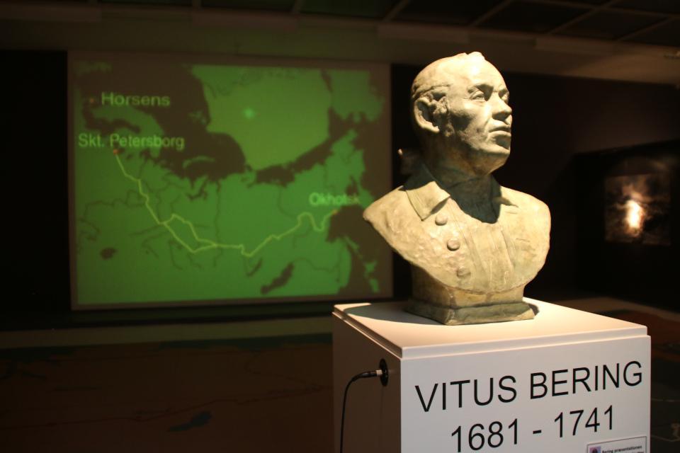 Бюст Витуса Беринга у входа на выставку, музей г. Хорсенс, Дания