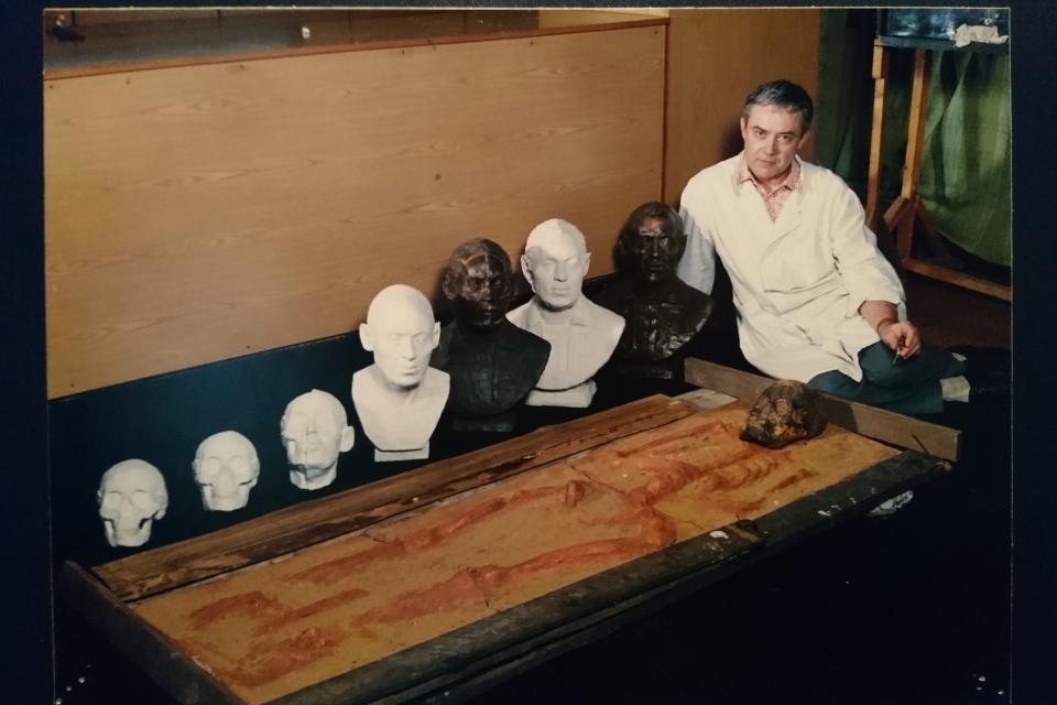 Фотография, запечатлевшая слепок захоронения Витуса Беринга и бюсты