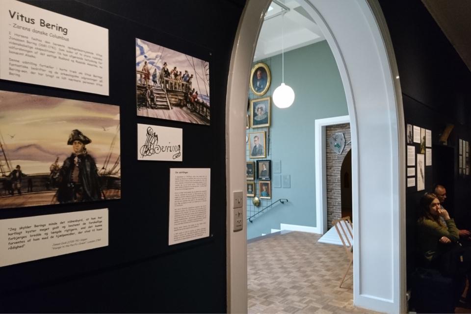 У входа на выставку про Витуса Беринга в музее г. Хорсенс, Дания