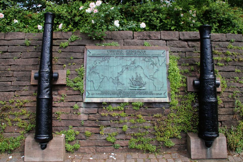 Мемориальная плита и две оригинальные пушки с корабля Витуса Беринга. Фото 1 июля 2021, г. Хорсенс, Дания