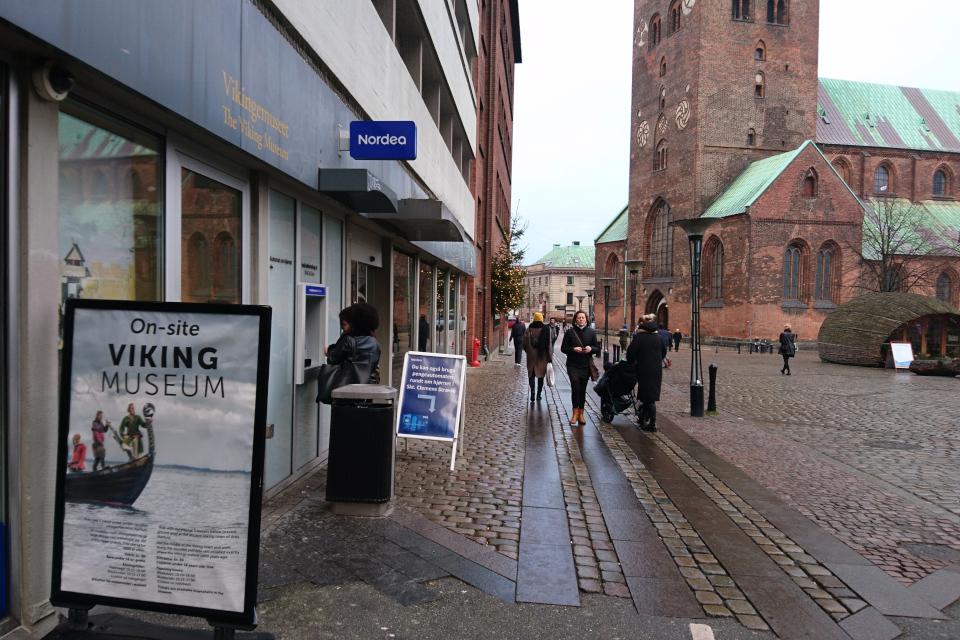 У входа в музей Викингов (Viking museum), г. Орхус, Дания