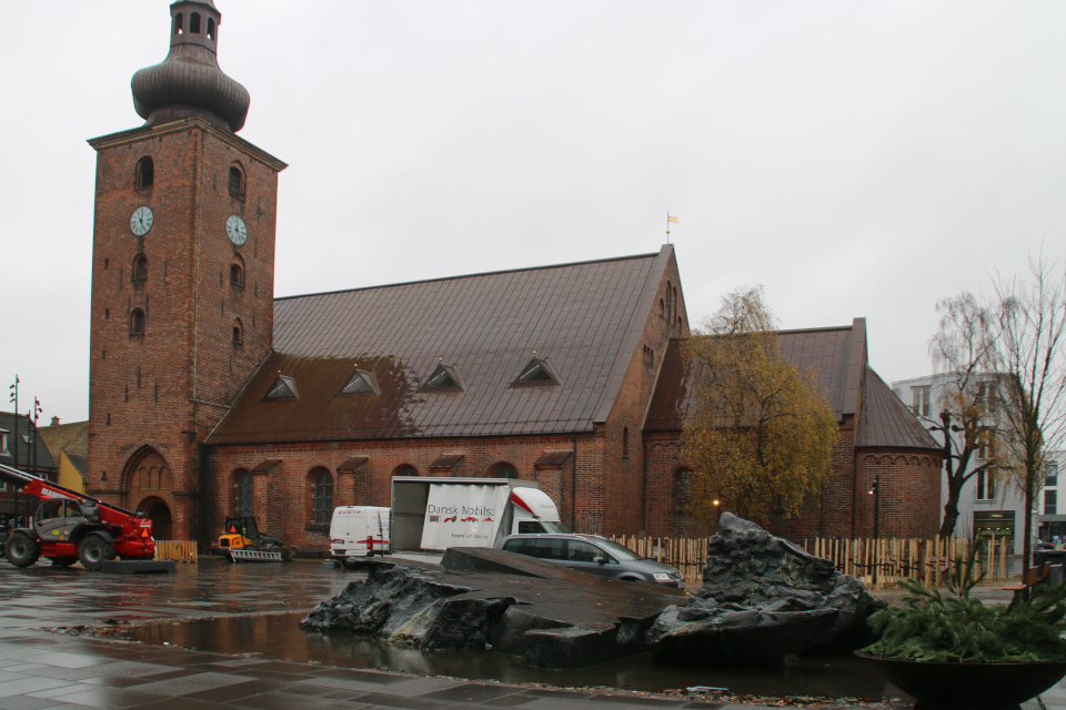 "Фонтан ""Озеро Беринга"" на центральной площади возле собора"