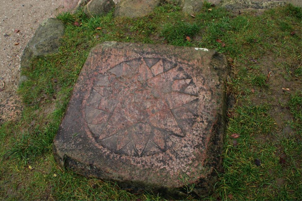 Гранитная плита с звездным компасом и короной