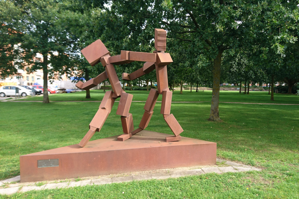 Современная скульптура на краю парка Витуса Беринга, возле дороги