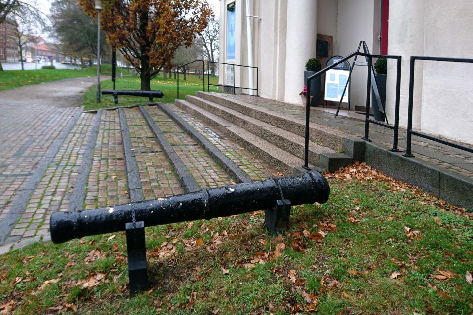 Ствол пушки у входа в музей г. Хорсенс, Дания. Фото 21 нояб. 2020