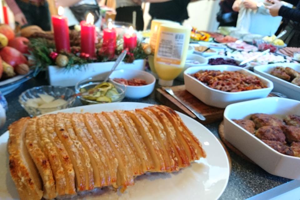 Свинина с хрустящей корочкой - флескестай (flæskesteg) на рождественском столе