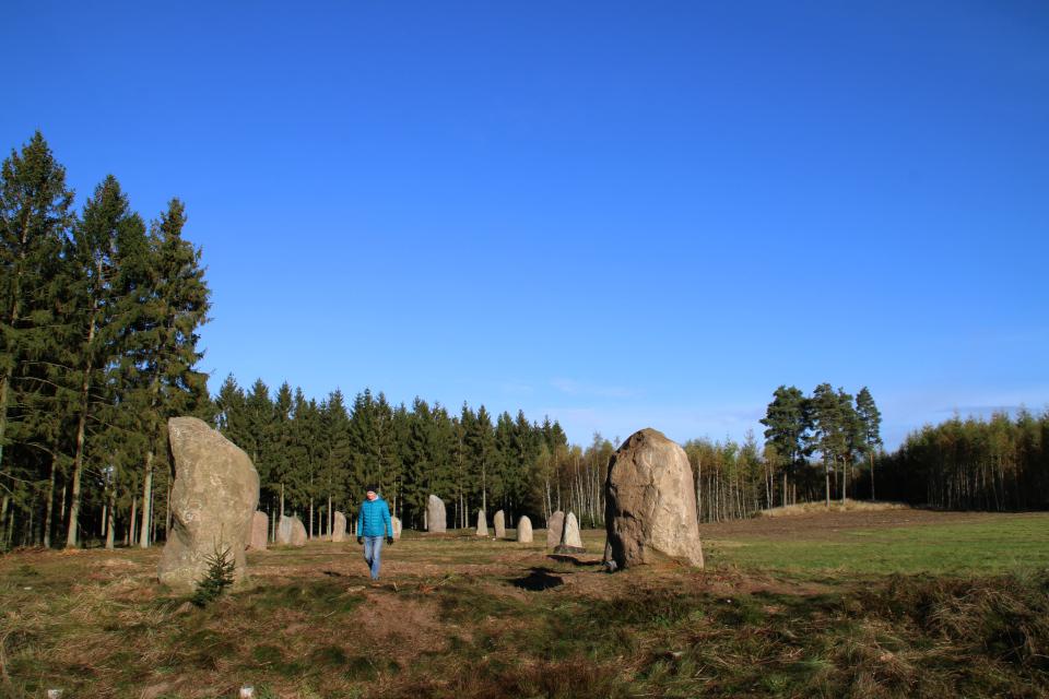Вид на каменный монумент с места полностью разрушенного южного кургана