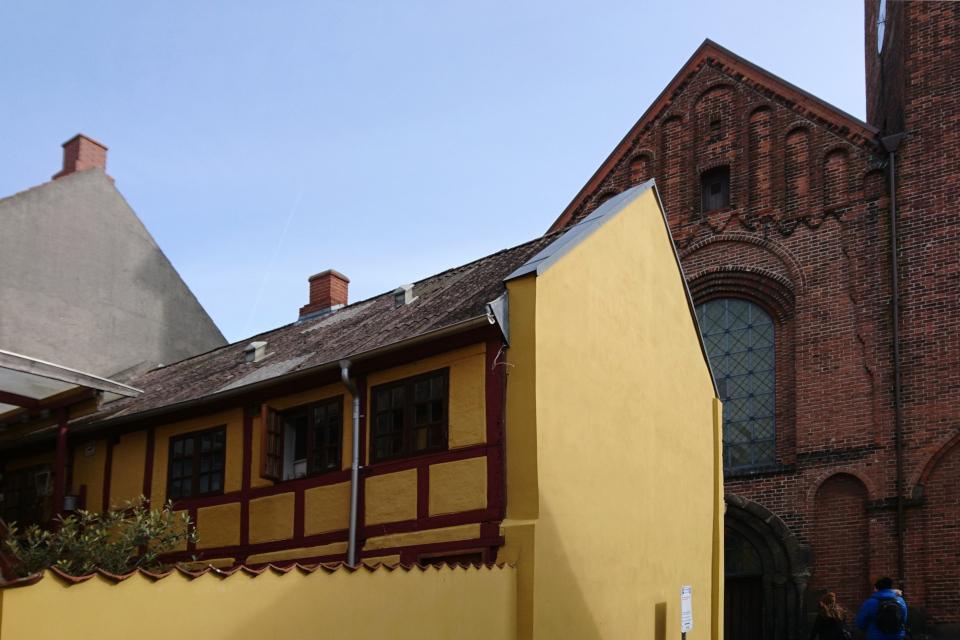 Старый фахверковый дом возле площади с церковью Спасителя