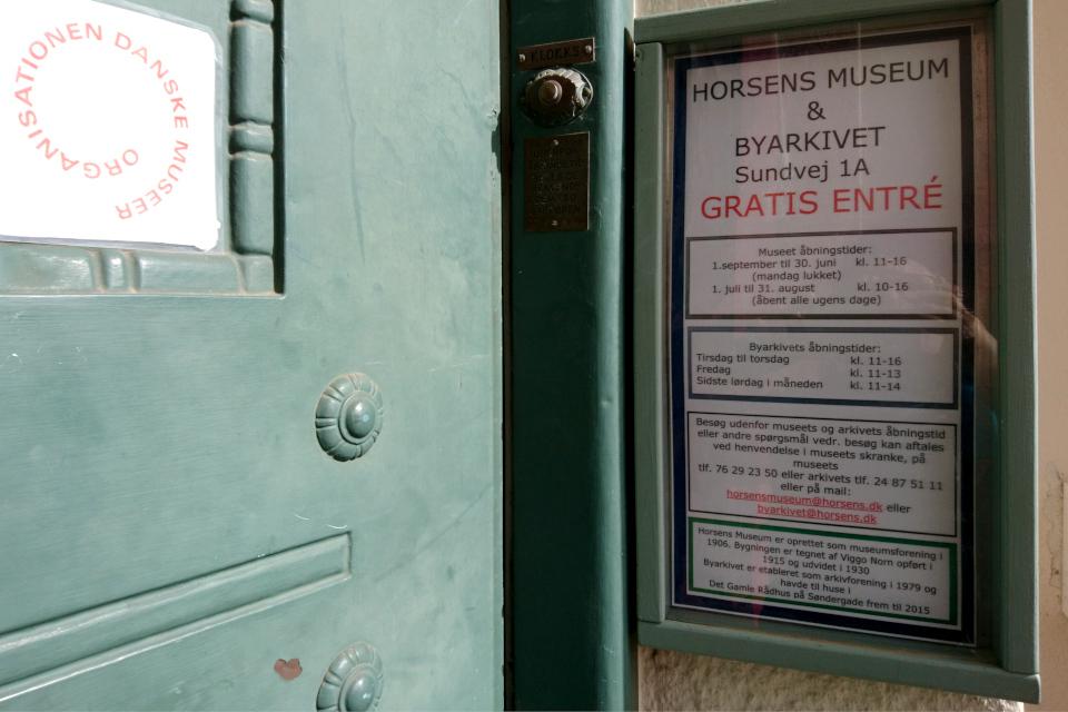 Информационный щит у входа в музей г. Хорсенс, Дания. Фото 26 мар. 2019